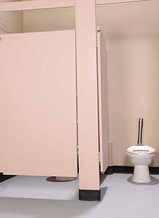 В туалете блондинка страпоном трахнула красивую брюнетку - фото #