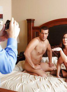 Сисястая домохозяйка Kendra Lust полирует большущий член - фото #