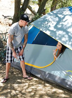 Dillion Harper получает большой член в киску в палатке - фото #