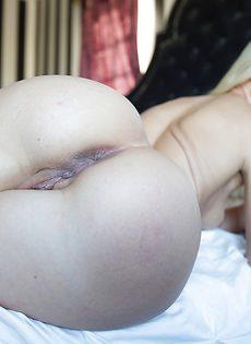 Красивая аппетитная попочка блондинистой телки - фото #