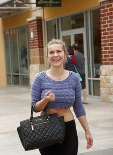 Красавица Наталья с большими дойками любит шалить в публичных местах - фото #
