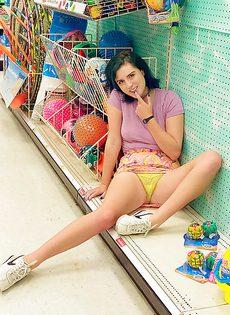 В магазине демонстрирует свою маленькую грудь - фото #