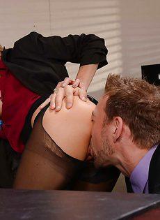 Сиськастой начальнице понравилось трахаться в офисе - фото #