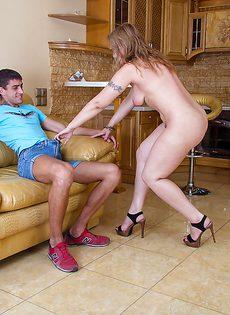 Волосатой киской бабенка соблазнила молодого паренька - фото #