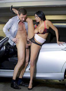 Трах на парковке божественной красавицы Аниссы Кейт - фото #