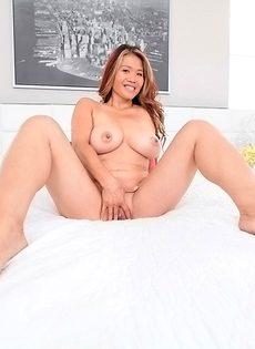 У азиатской девчушки большие натуральные сиськи - фото #