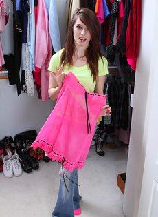 Изумительная молодуха примеряла наряды и шикарное тело показывала - фото #