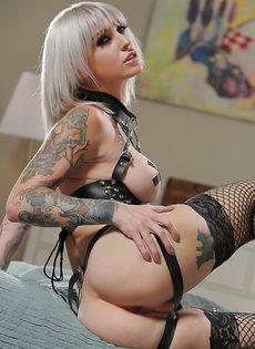Прикольная татуированная блондинка в сетчатых чулках - фото #