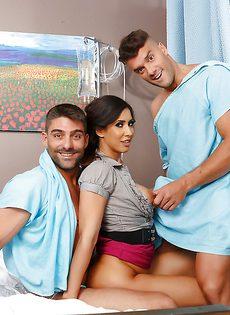 В больничной палате два паренька отперли гламурную девчушку - фото #