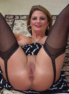 Зрелая бабенка в чулках Cherrie Dixon показала промежность - фото #
