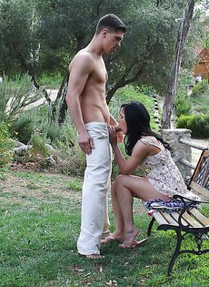 На природе классно отсасывает пенис мускулистого паренька - фото #