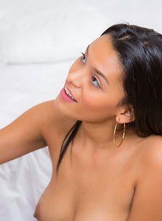 Молодая латинка отсосала пенис и насладилась кончой - фото #