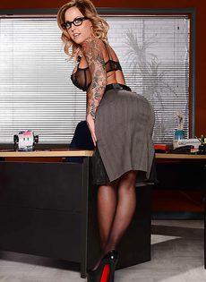 Жаркая начальница в красивом нижнем белье и чулочках - фото #