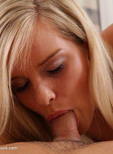 Очаровательная блондиночка засосала пенис возлюбленного - фото #