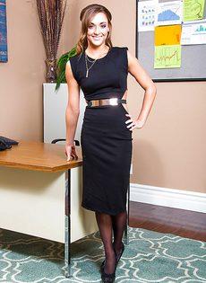 Изумительная секретарша в чулочках скоро будет босса радовать - фото #