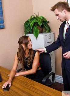 Сногсшибательную секретаршу в чулках чпокают раком в офисе - фото #