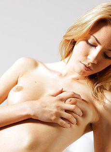 Русская шикарная девица получает удовольствие от мастурбации - фото #