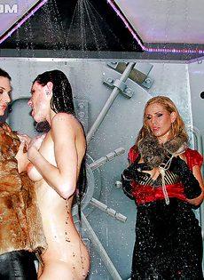 Вечеринка с обнаженными и сексуальными девчонками - фото #
