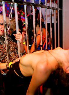 Парни устроили с девушками групповой половой акт на вечеринке - фото #