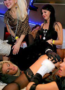 На этой вечеринке все занимаются страстным сексом - фото #