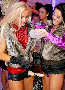 Лесбиянки развлеклись по полной программе со страпоном - фото #