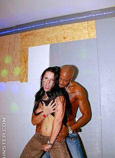 Удовлетворили потаскушек и угостили их теплой спермой на вечеринке - фото #