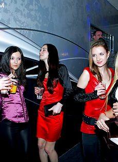 Классное групповое пати с девахами в ночном клубе - фото #
