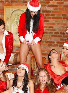 Золотой дождь в исполнении молоденьких телочек в новогодних костюмах - фото #