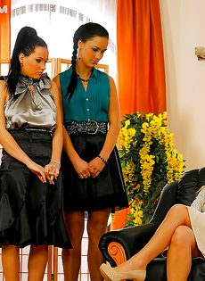 Девушки долбят друг дружке дырочки самотыками - фото #