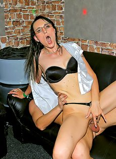 Горячие чуваки прут обворожительных чертовок в клубе - фото #