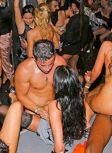 Сучек легкого поведения развели на групповуху в клубе - фото #