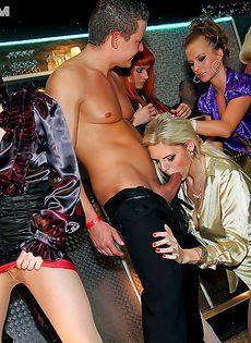 На вечеринке пьяненьким девушкам захотелось секса - фото #