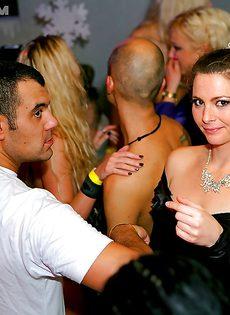 Представительницы слабого пола удовлетворились на вечеринке - фото #