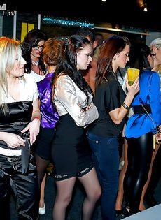 Парни изо всех силенок трахают красивых девчушек на пьяной вечеринке - фото #