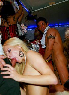 Групповой половой акт с распутницами в ночном заведении - фото #