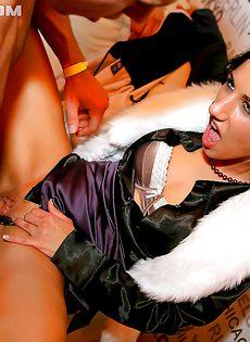 На вечеринке в ночном клубе состоялась групповая оргия - фото #