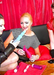 Привлекательные девушки играются с секс игрушками - фото #