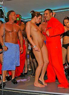 В клубе красотки каждый вечер в групповушке участвуют - фото #