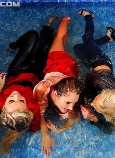 Красивые потаскушки поигрались друг с дружкой в бассейне - фото #