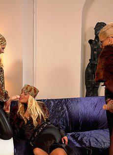 Горячие красавицы с большим резиновым членом развлеклись - фото #