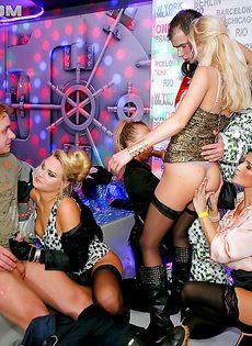 В этом ночном клубе творится невообразимый разврат - фото #