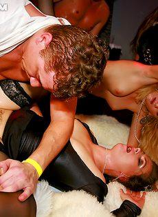 Парни приласкали раскрепощенных тусовщиц в клубе - фото #