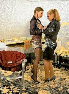 Девушки в креме вылизывают горяченькие дырки - фото #