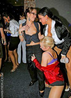 Европейская групповая оргия на ночной вечеринке - фото #