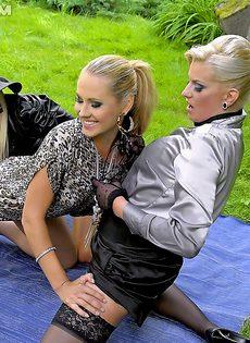 Красавицы-лесбиянки пописали на друг дружку - фото #
