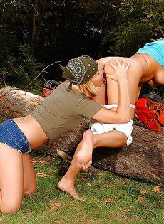 Ласки и шалости длинноногих девчонок на природе - фото #