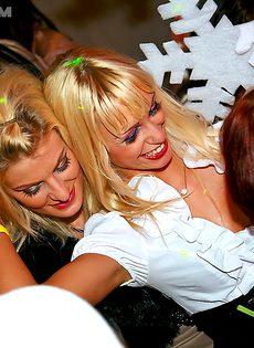 Страстное групповое порно с раскрепощенными телками в клубе - фото #