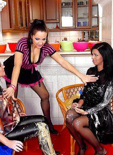 Красивые девушки в чулках обмазали друг дружку кремом - фото #