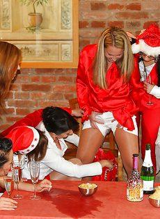 Девушки отмечают Новый год и писают друг на дружку - фото #