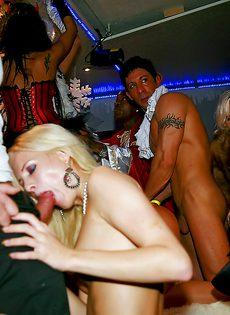 Развратная групповая оргия состоялась на вечеринке - фото #